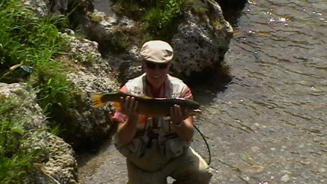 Hans mit einer der großen Forellen aus der weißen Traun