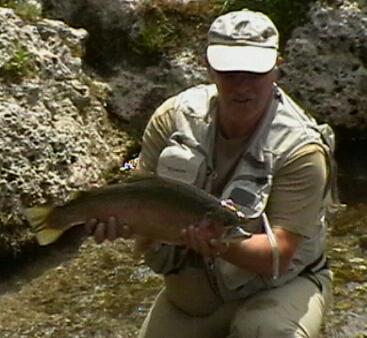 Hans mit Regenbogenforelle aus der weißen Traun